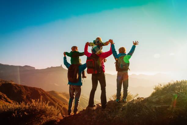 Glückliche Familienreisen in den Bergen bei Sonnenuntergang – Foto