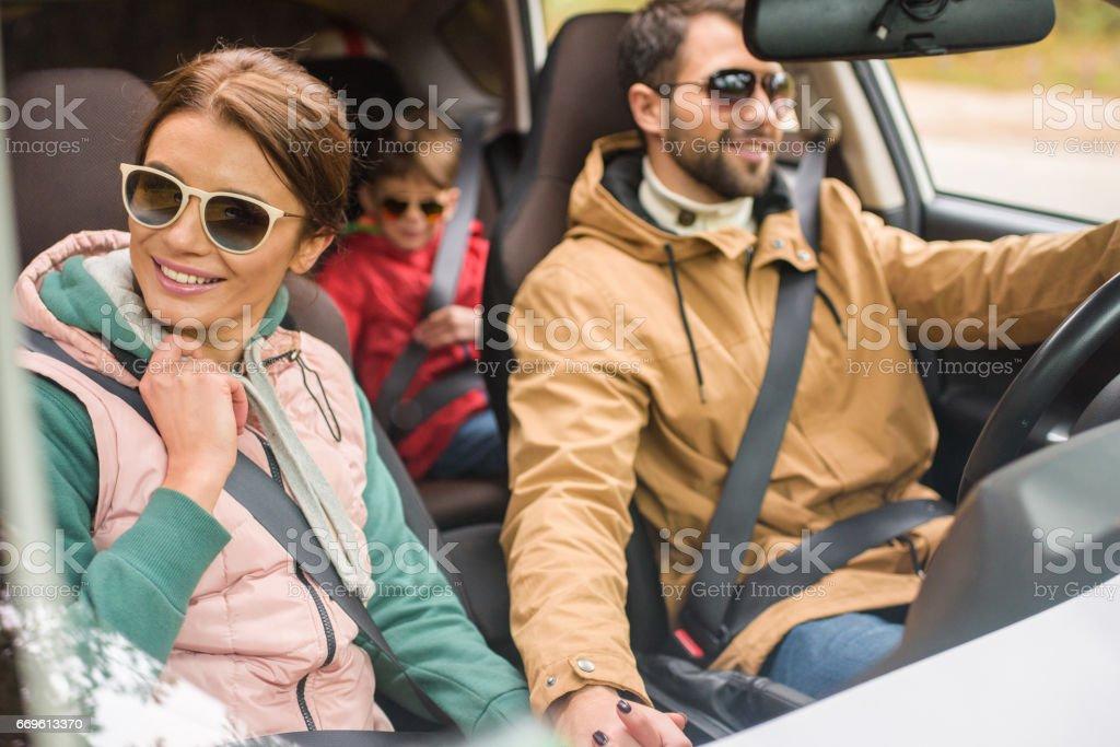Glückliche Familie mit dem Auto anreisen – Foto