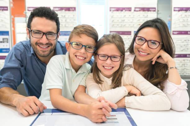 안경 광학가 게에서에 노력 하 고 행복 한 가족 - 안경 뉴스 사진 이미지