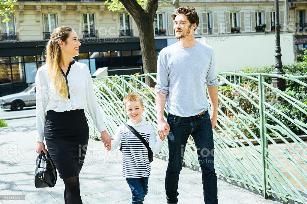 幸せな家族の公園を散歩しており、息子を学校 ストックフォト