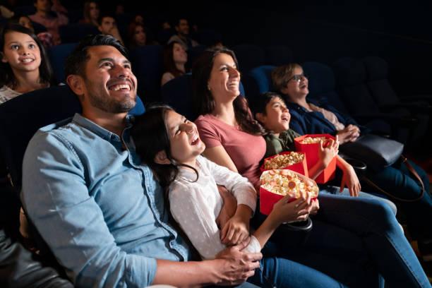 Fröhliche Familie schaut sich einen Comedy-Film im Kino an – Foto