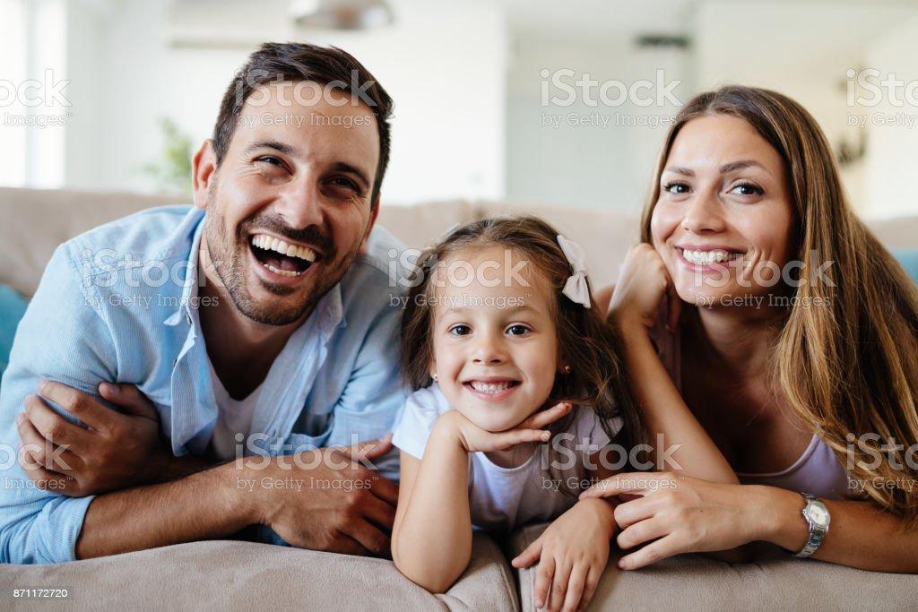 Glückliche Familie vor dem Fernseher zu Hause – Foto