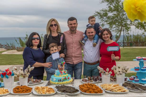glückliche familie mit ihrem baby in geburtstag - vorschulgeburtstag stock-fotos und bilder