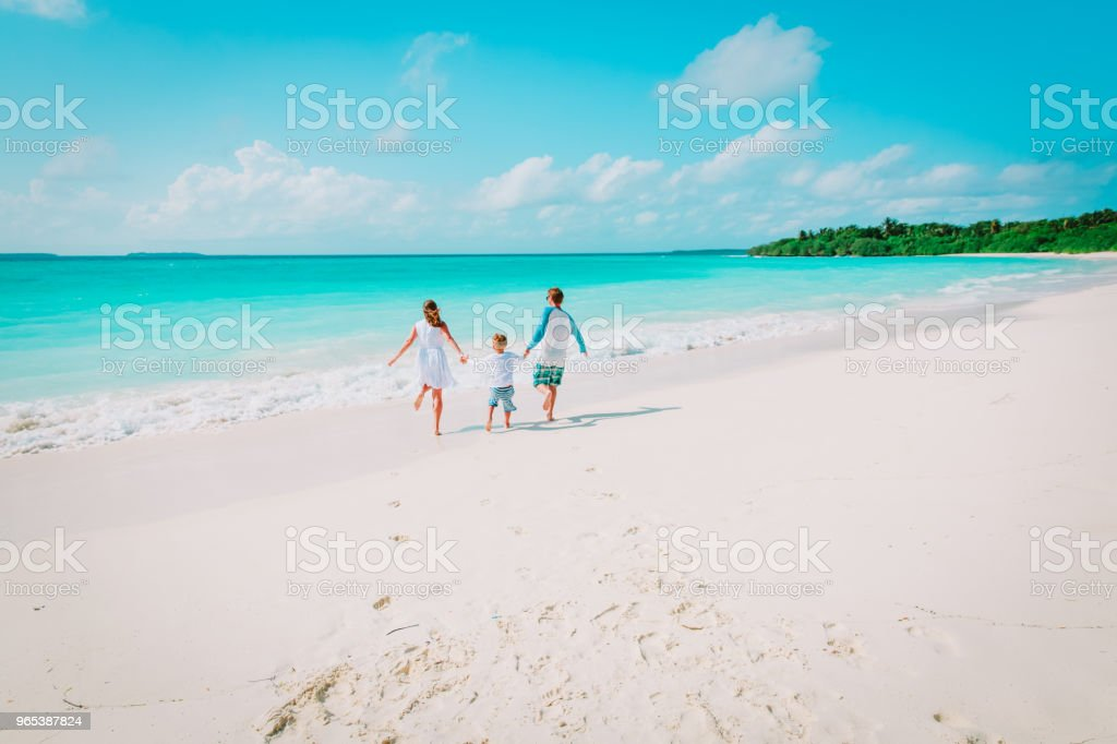 happy family with kid play run on beach zbiór zdjęć royalty-free