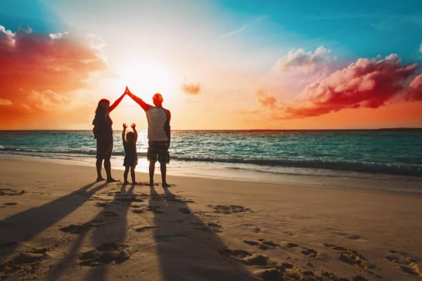 glückliche Familie mit Kindern spielen am Sonnenuntergang Strand – Foto