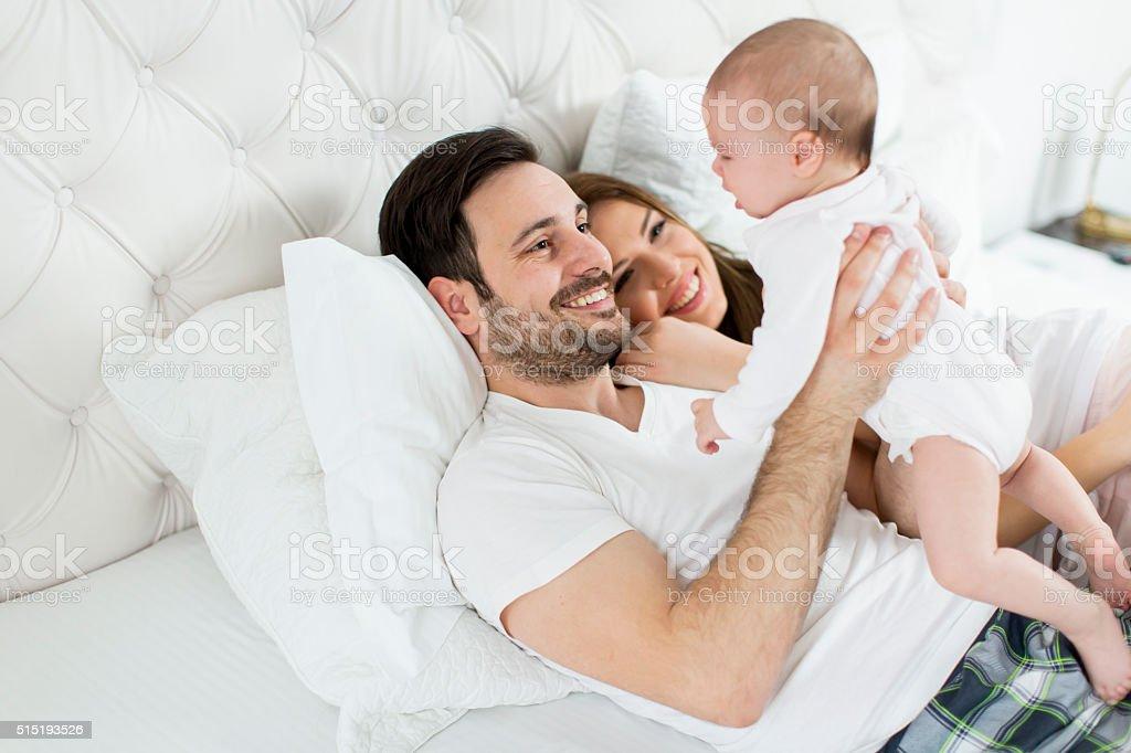 Feliz familia con bebé recién nacido - foto de stock