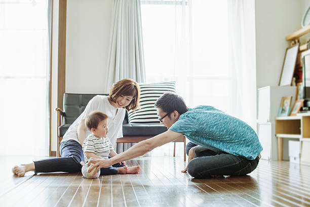 Família feliz com o bebê recém-nascido. - foto de acervo
