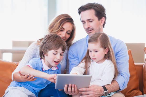 Famille heureuse avec le pc de tablette - Photo