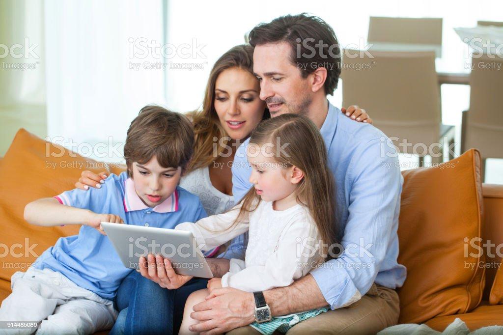 Glückliche Familie mit Tablet PC – Foto