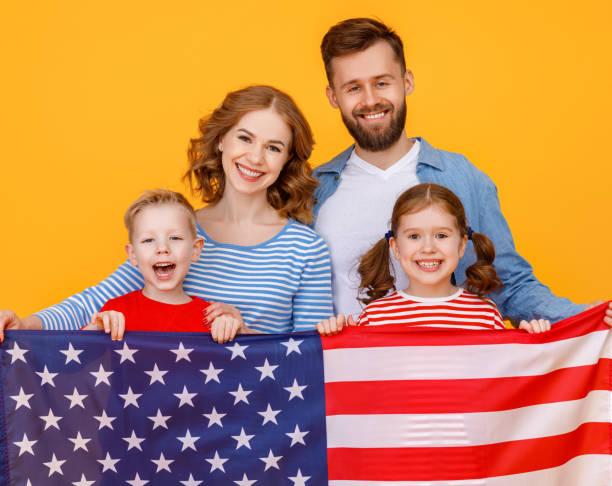 happy family with the usa flag - family 4th of july zdjęcia i obrazy z banku zdjęć