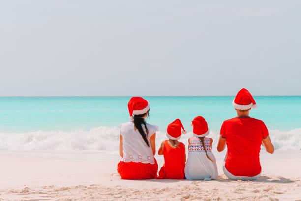 Glückliche Familie mit zwei Kindern in Santa Hat in den Sommerferien – Foto