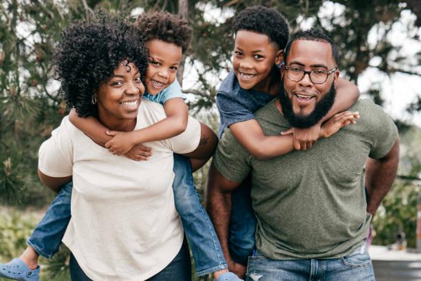 두 아이와 함께 행복한 가족 스톡 사진