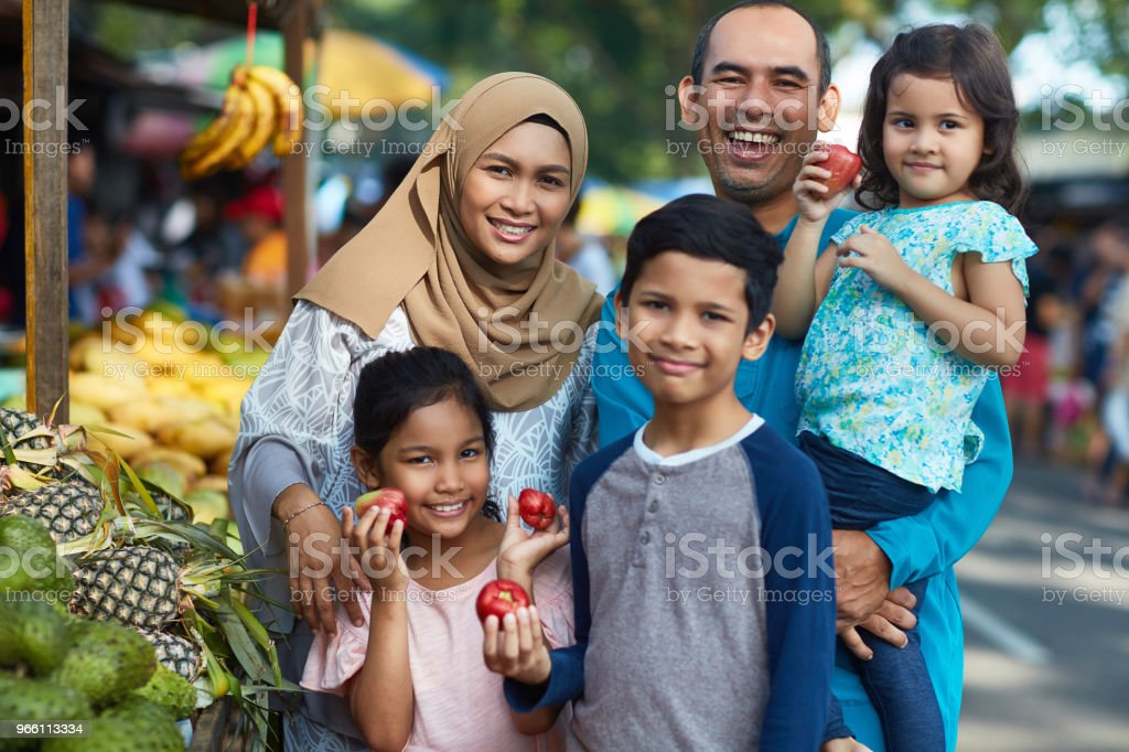 Happy family with water apples in market - Стоковые фото 10-11 лет роялти-фри