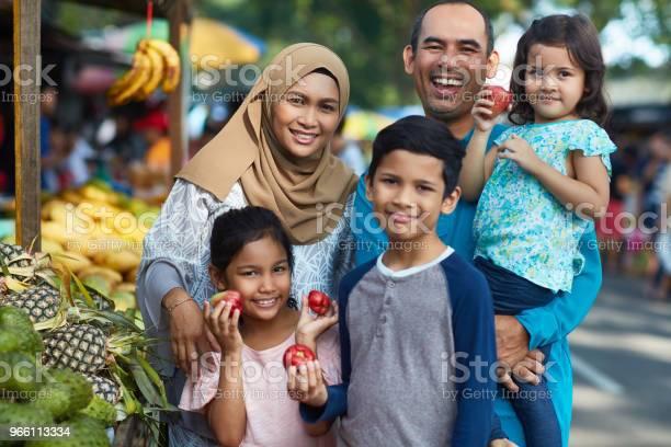 Счастливая Семья С Водяными Яблоками На Рынке — стоковые фотографии и другие картинки Малайзия