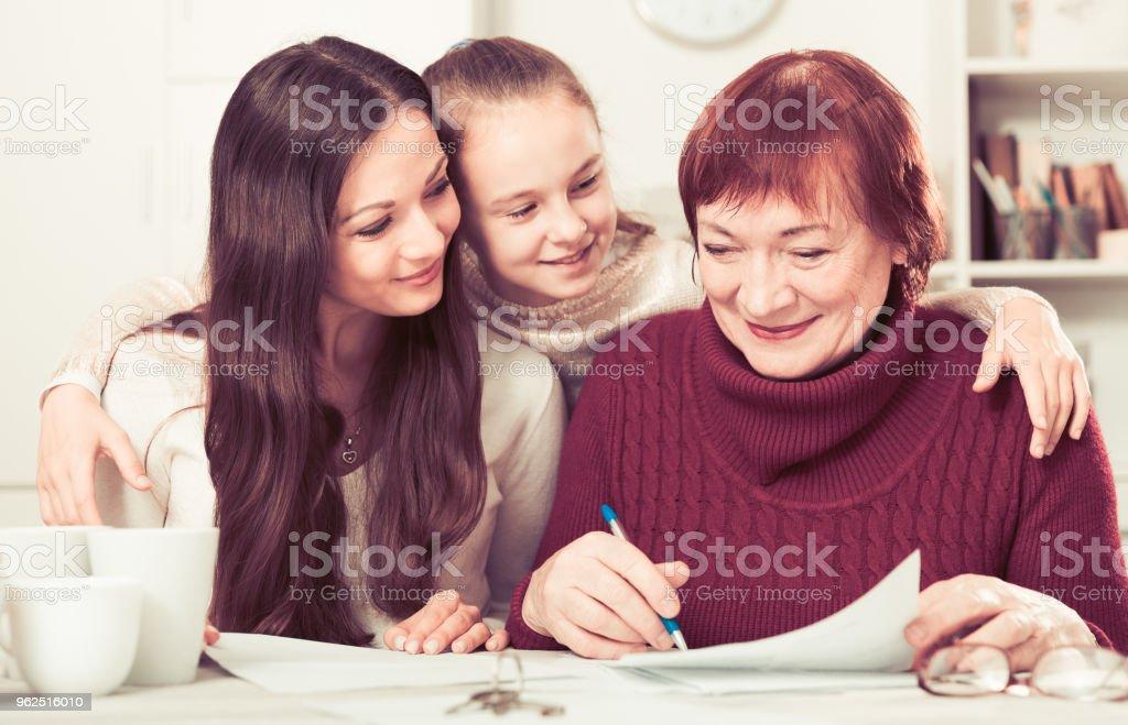 Família feliz trabalhando com documentos em casa - Foto de stock de 25-30 Anos royalty-free