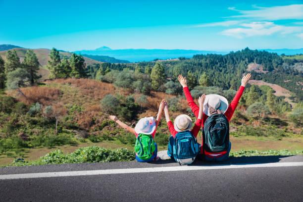 glückliche Familienmutter mit Sohn und Tochter-Genuss-Reise in die Natur – Foto