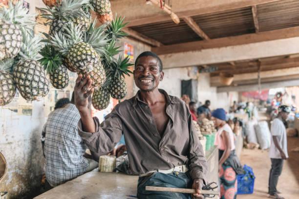 Glücklicher Landwirt präsentiert seine Produkte – Foto