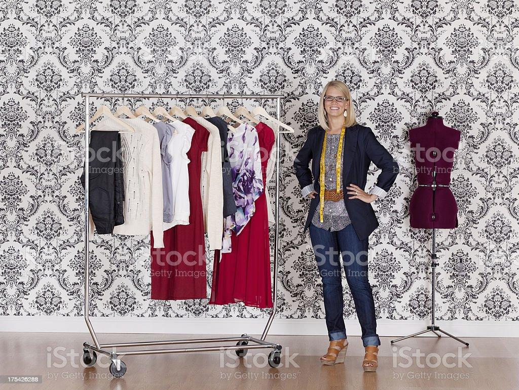 Diseñador de moda feliz en su taller de pie - foto de stock