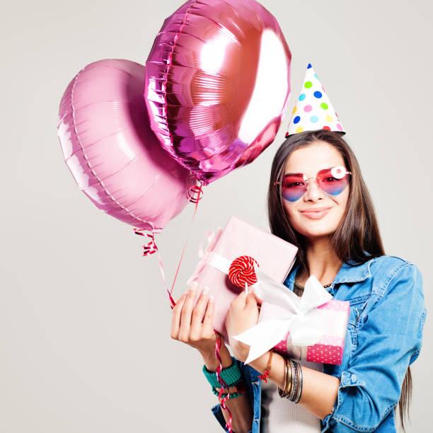 happy fashion modell woman mit urlaub luftballons und geburtstagsgeschenk - jugendliche geburtstag geschenke stock-fotos und bilder