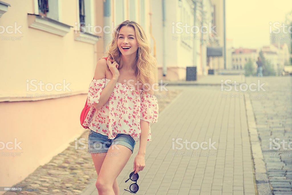 Happy Fashion Woman in the City Street - foto de acervo