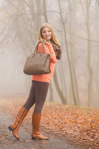 glücklich mode frau mit handtasche im herbst park - kinderhandtaschen stock-fotos und bilder