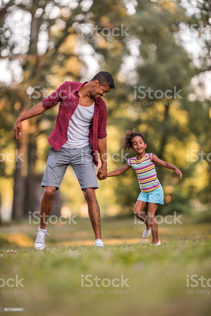 Heureux père et sa fille s'amusant dans le parc. photo libre de droits