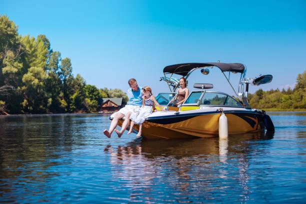 幸せな父と娘のボートの船首の上に座って - 小型船舶 ストックフォトと画像