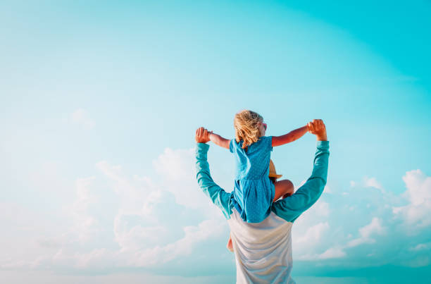 Glücklicher Vater und kleine Tochter spielen am Himmel – Foto