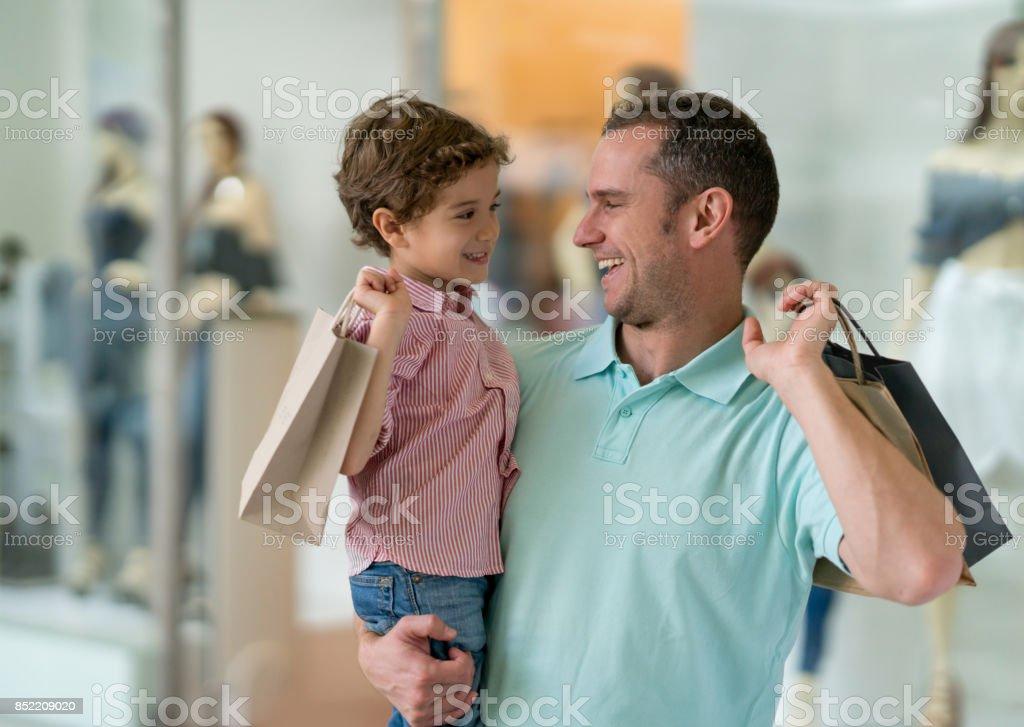 Glücklicher Vater und Sohn im Einkaufszentrum – Foto