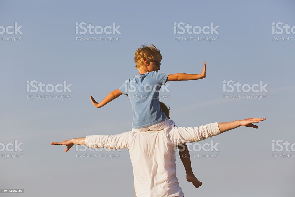 Felice Padre e figlio giocano su cielo foto stock royalty-free