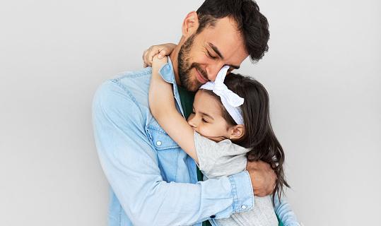 幸せな父親は彼のかわいい娘を抱きしめる愛するパパと彼の小さな女の子が抱き合い一緒に時間を楽しんでいます幼少期と父性の概念 -  2人のストックフォトや画像を多数ご用意 - iStock