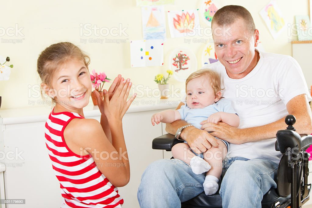 Feliz padre con sus hijos - foto de stock