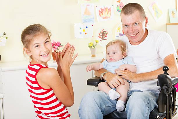 Glückliche Vater mit seinen Kindern – Foto