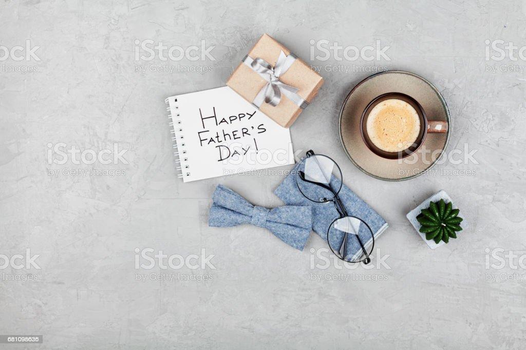 Fundo, feliz dia dos pais. Xícara de café, presente, óculos e gravata borboleta. Plano de leigos. Copie o espaço para o projeto. - foto de acervo