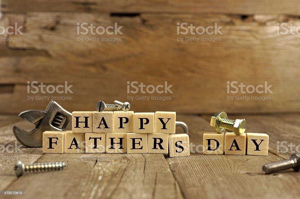 Dia dos pais feliz em blocos de madeira rústica - foto de acervo