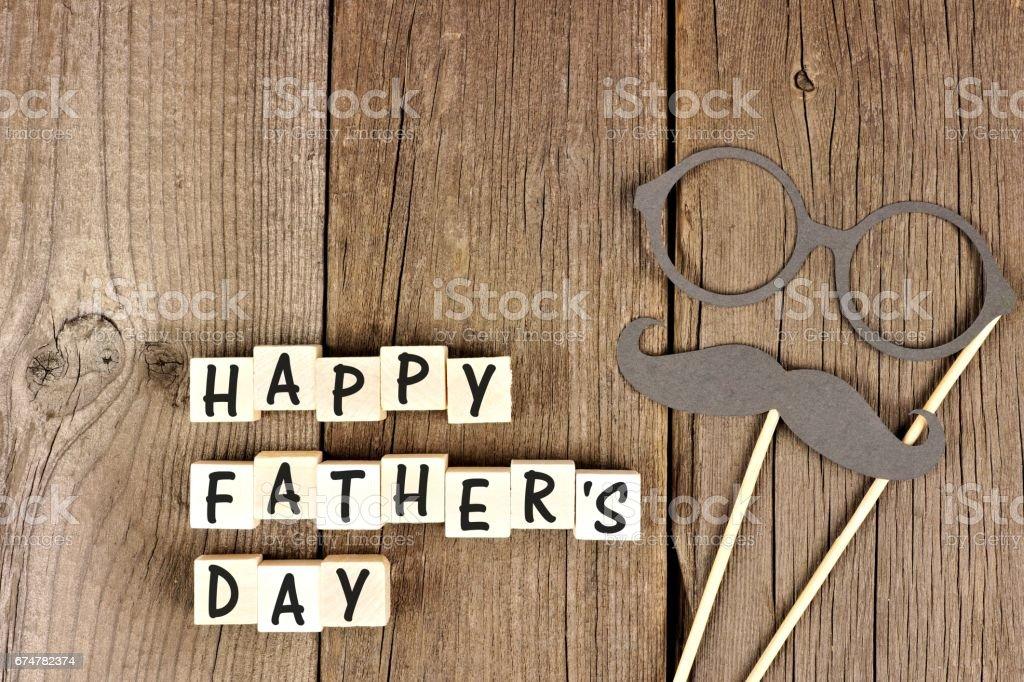 Blocos de feliz dia dos pais com bigode e óculos na madeira - foto de acervo