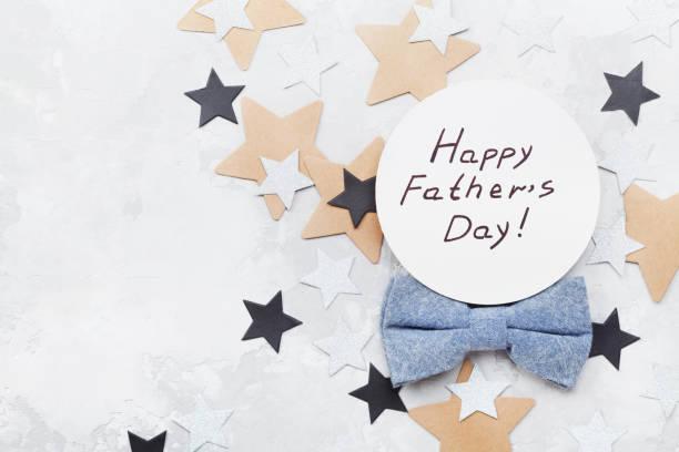 happy fathers day karte fliege und sternen auf steinernen tischplatte flach legen stilgerecht eingerichtet. - vatertagsgrüße stock-fotos und bilder