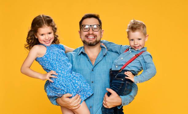 Glücklicher Vatertag! Kinder Tochter und Sohn gratuliert Papa auf gelb – Foto