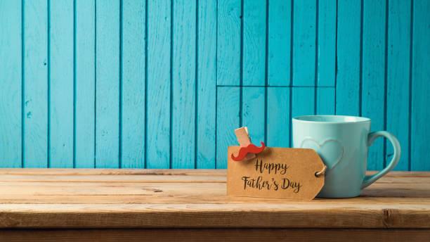 glückliche väter tag konzept - vatertagsgrüße stock-fotos und bilder