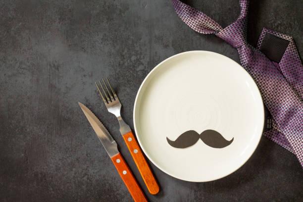 행복 한 아버지의 날 개념입니다. 테이블 설정-접시, 넥타이, 칼 붙이 회색 돌 테이블에 냅킨. 평면도 플랫 누워 배경 복사 공간. 스톡 사진