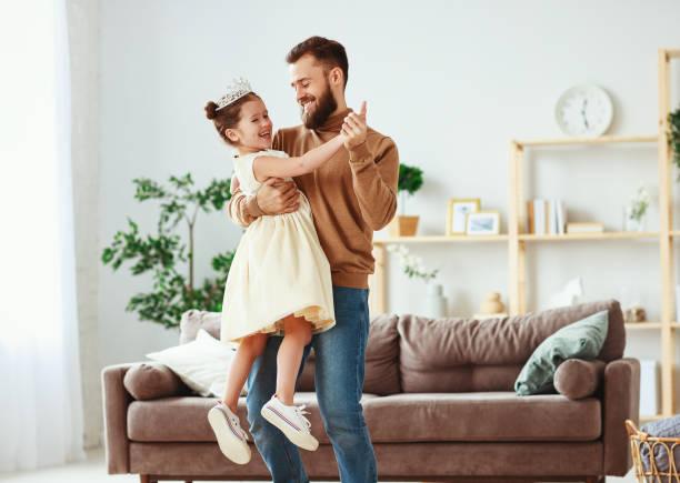 ¡ feliz día de padre! padre de familia y niña hija princesa bailando - hija fotografías e imágenes de stock