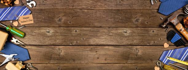 tag de presente do dia dos pais felizes com borda dupla lateral de presentes, gravatas e ferramentas em um fundo de banner de madeira - feliz dia dos pais - fotografias e filmes do acervo