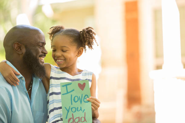 Happy Father es Day. Mädchen gibt Karte an Papa – Foto
