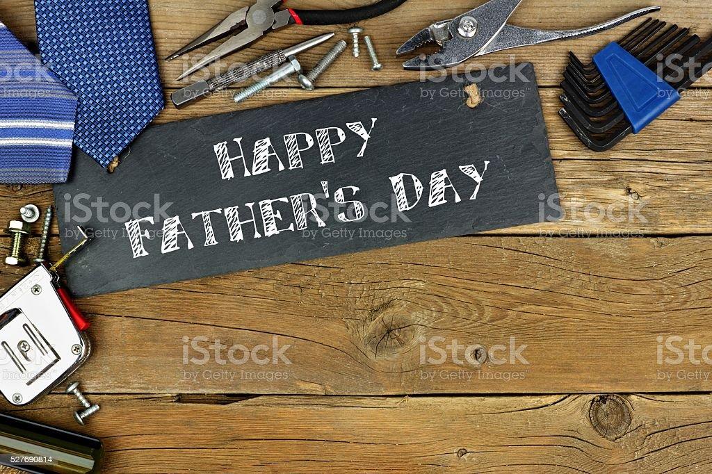Saudação de Dia dos Pais feliz sobre placa com fronteira de ferramentas - foto de acervo