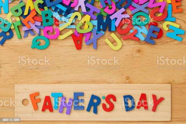 Счастливый День Отцов На Деревянном Фоне — стоковые фотографии и другие картинки День отца