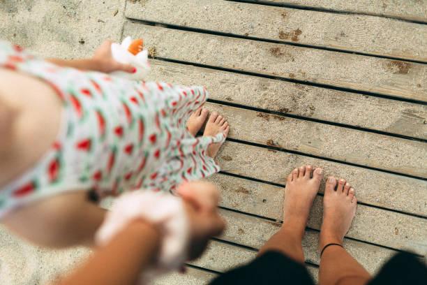 Glückliche Füße am Strand – Foto