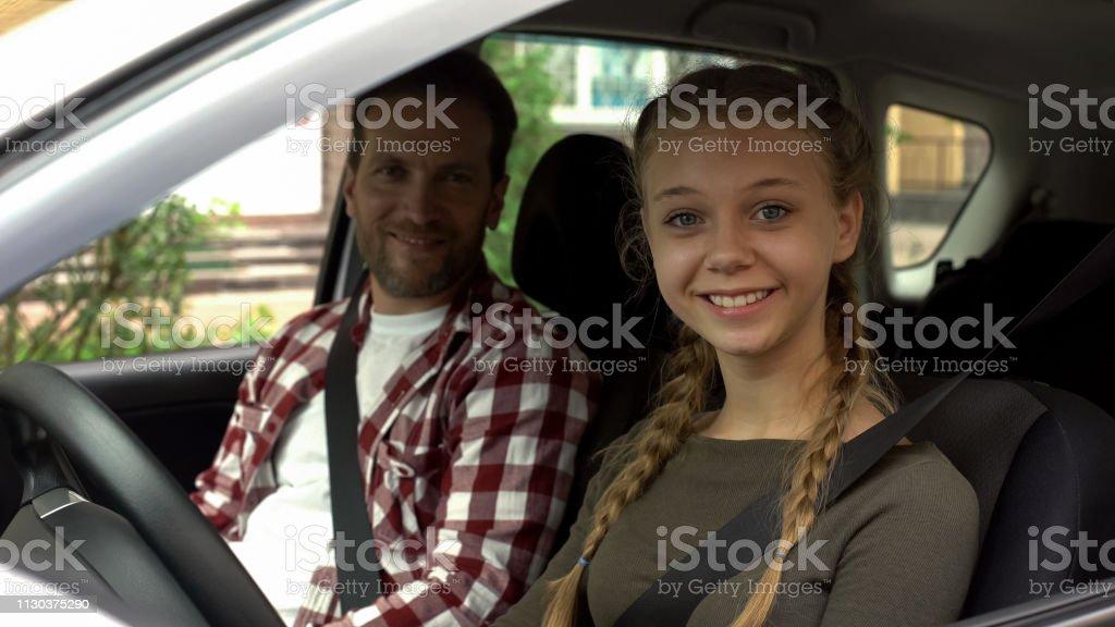 Glückliche Hündin lächelnd in die Kamera, sitzend im Auto mit Ausbilder, Fahrschule – Foto