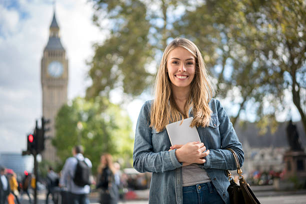 happy female student in london - pauschalreise london stock-fotos und bilder