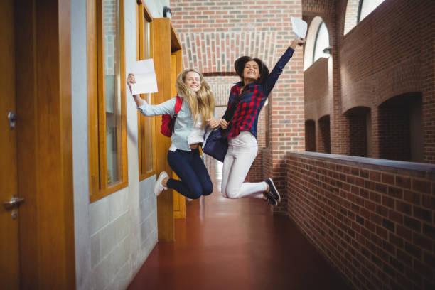 estudantes do sexo feminino felizes receber resultados - happy test results - fotografias e filmes do acervo