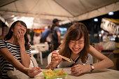 夜の祭で幸せな食事時間